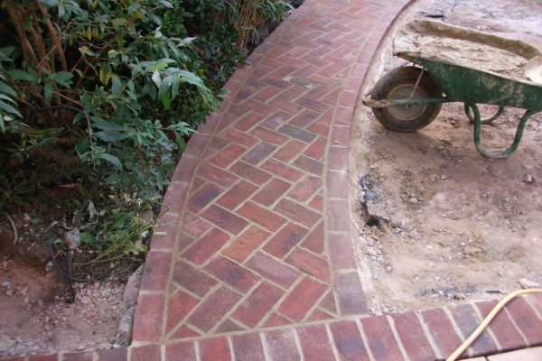 driveways-and-patios-block-paving-tar-and-chip-roofing-brick-walls-essex-colchester-chelmsford-romford-maldon-nb-contracts-05-DSCF2221